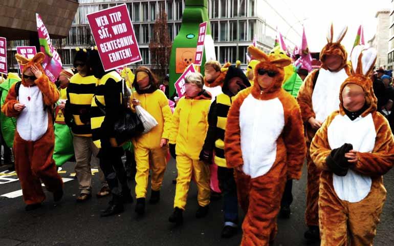 Agrardemo gegen TTIP iund CETA in Berlin: Bärchen und Bienen