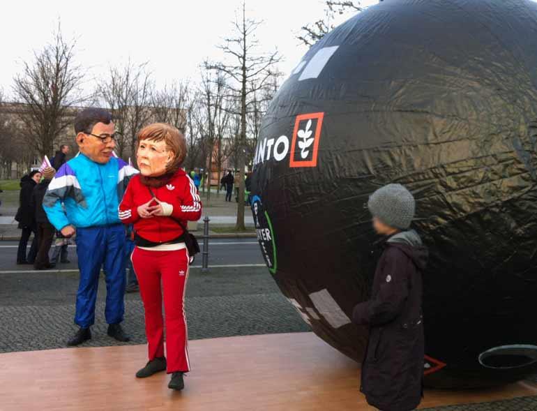Agrardemo gegen TTIP iund CETA in Berlin: Todesstern TTIP und CETA, Merkel