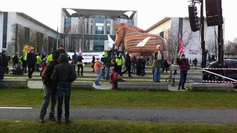 Agrardemo gegen TTIP iund CETA in Berlin: Trojanisches Pferd vor dem Kanzleramt